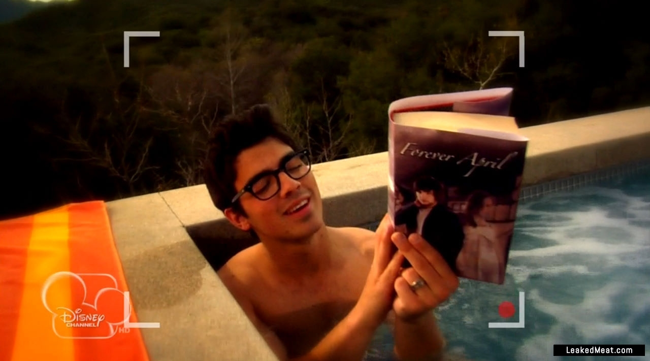 Joe-Jonas-jerking-off-8CPKEG.jpg